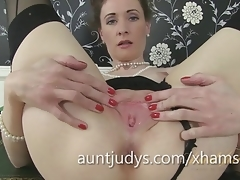 MILF Scarlet Fingerbangs Her Pussy and Gets Nice and Creamy